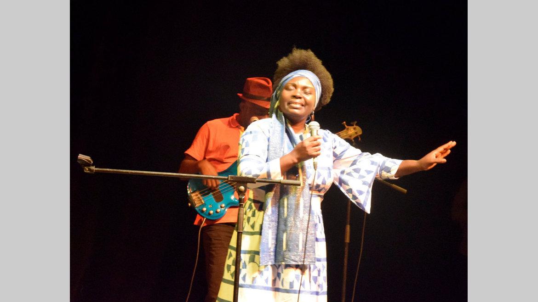 Spectacle : Salle comble pour Annie-Flore Batchiellilys