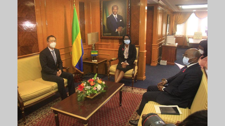 Coopération Gabon-Chine : Hu Changchun reçu à la Primature
