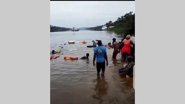 Département d'Etimboué : Un véhicule termine sa course dans l'eau !