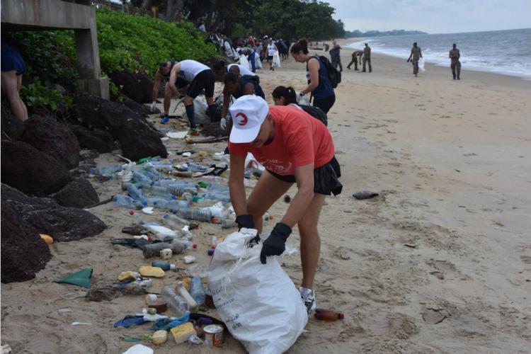 Lutte contre l'insalubrité : Les éléments français au Gabon sur des plages de Libreville