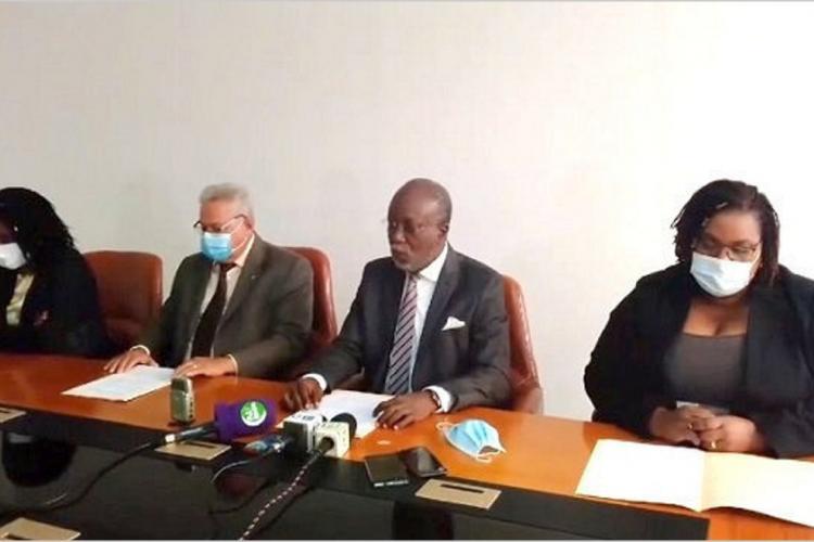 Hotel de Ville : Le Conseil municipal derrière son président