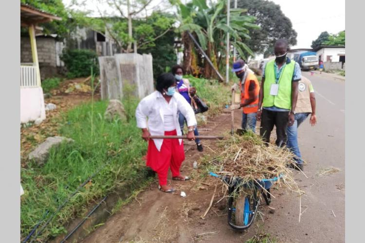Quartiers propres : la députée Atsame Bekale sur le terrain