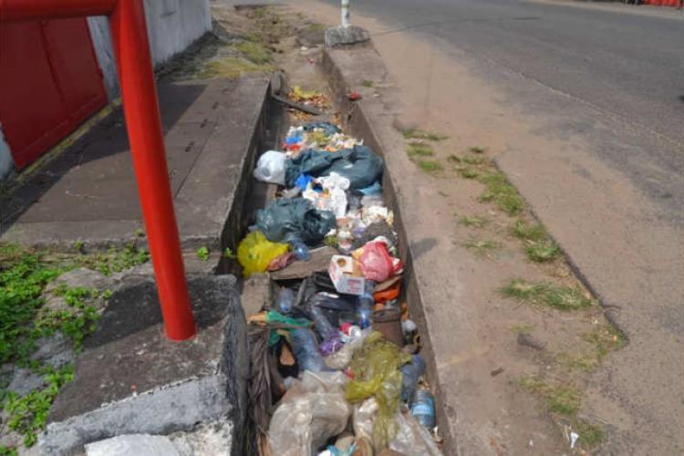 Incivisme : des caniveaux transformés en poubelle