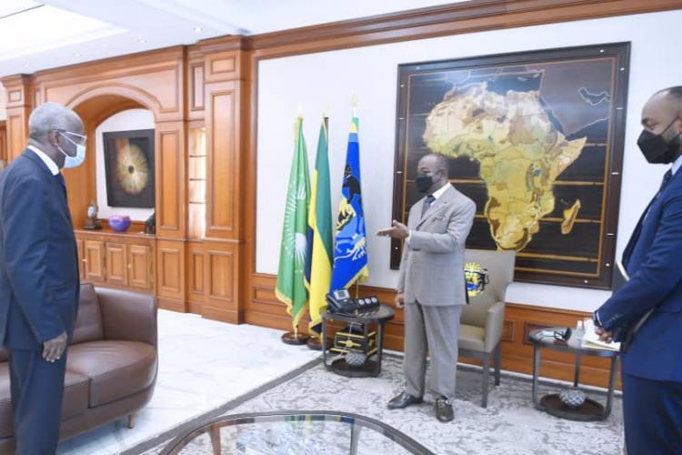 L'ancien Premier ministre, Jean Eyegue Ndong au terme de l'audience